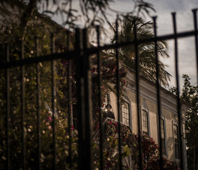 Como Encarnação, Selma Egrei posa na sacada da fazenda de Grotas (Foto: Caiuá Franco/ Globo)