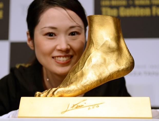 Joalheria de Tóquio fez réplica de ouro do pé esquerdo do jogador argentino Lionel Messi (Foto: Toshifumi Kitamura/AFP)