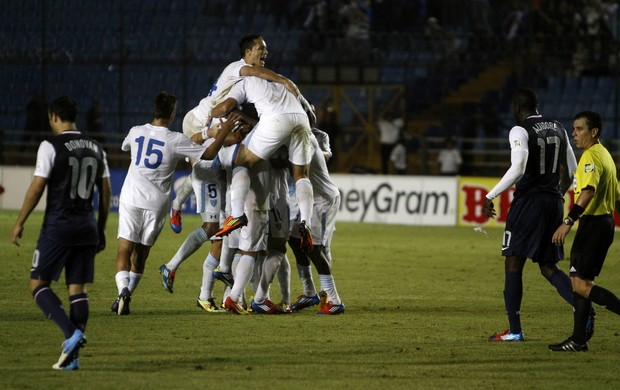 Comemora&#231;&#227;o gol da Guatemala contra EUA (Foto: EFE)