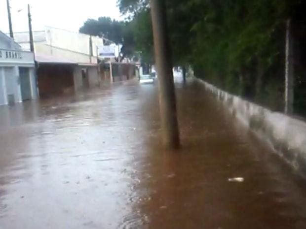 A rua Lindolfo Galvão, na Vila Helena, ficou alagada perto da escola Maria Cândida (Foto: Nilda Silva/Arquivo Pessoal)