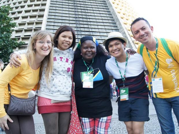 Voluntários da Croácia, Filipinas, Itália e Tansânia  (Foto: Andressa Gonçalves/G1)