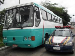Ônibus foi apreendido pela Polícia Rodoviária Federal em Garanhuns (Foto: Divulgação/ PRF)