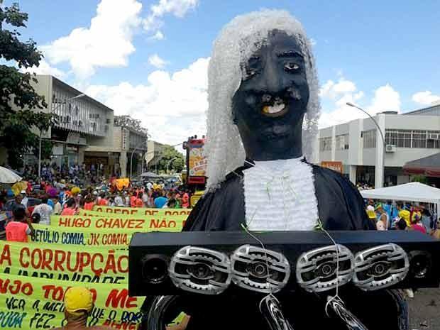 Com boneco do presidente do STF, Joaquim Barbosa, bloco Pacotão desfila neste domingo (10) pelas ruas de Brasília (Foto: Lucas Nanini/G1)