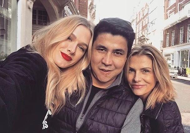 Fiorella Mattheis e Sandra Gelli Mattheis entre Diogenes Queiroz (Foto: Reprodução/ Instagram)