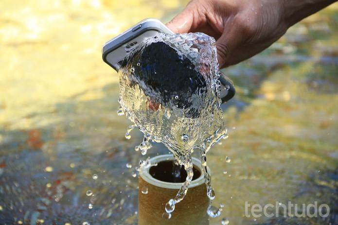 LifeProof nüüd é uma capa à prova d'água que veda pelas laterais  (Foto: Anna Kellen Bull/TechTudo)