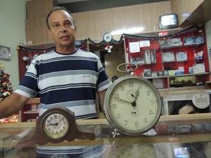 O relojoeiro conta que a maior parte dos clientes é de apaixonados por relógios antigos (Foto: Pedro Carlos Leite/G1)