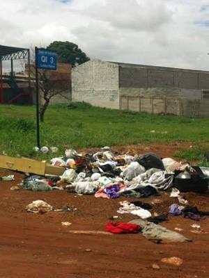 Lixo jogado em quadra no Setor Industrial de Ceilândia (Foto: Isabella Formiga/G1)
