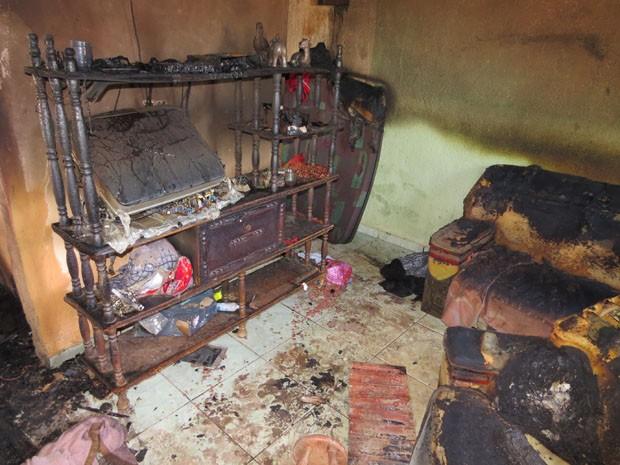 Casa de agente penitenciário fica destruída após incêndio em Passos (Foto: Hélde Almeida)