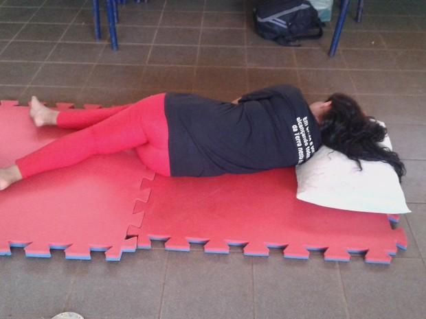 Tatames estão sendo usados como colchões por alunos (Foto: Você no G1)