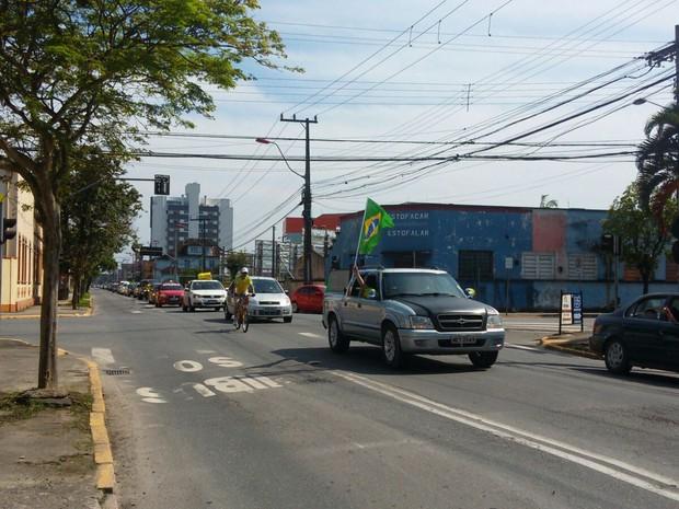 Em Joinville, manifestantes fazem carreata pelas ruas da cidade (Foto: Alessandra Flores/RBS TV)