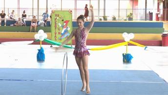 Ginastas participam de competição e animam público