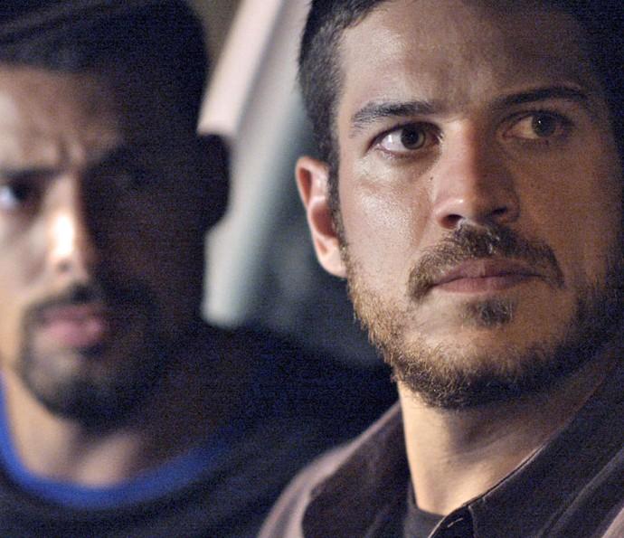 Ao lado de Juliano, Dante pega bandidos no flagra (Foto: TV Globo)