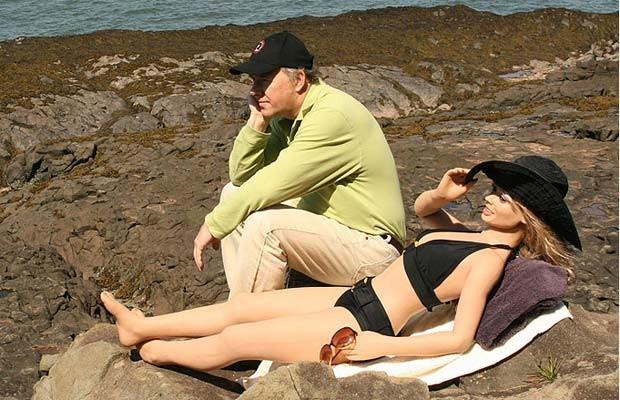 Em 2009, o canadense Dave Hockey gastou 16 mil libras (mais de R$ 500 mil) para viajar durante com suas bonecas infláveis ao redor mundo. Ele levou os brinquedinhos sexuais para passear em diversos pontos turísticos, como Stonehenge (Reino Unido), Grand Canyon (EUA), Las Vegas (EUA) e Cataratas de Niágara (fronteira entre Canadá e EUA). (Foto: Barcroft Media/Getty Images)
