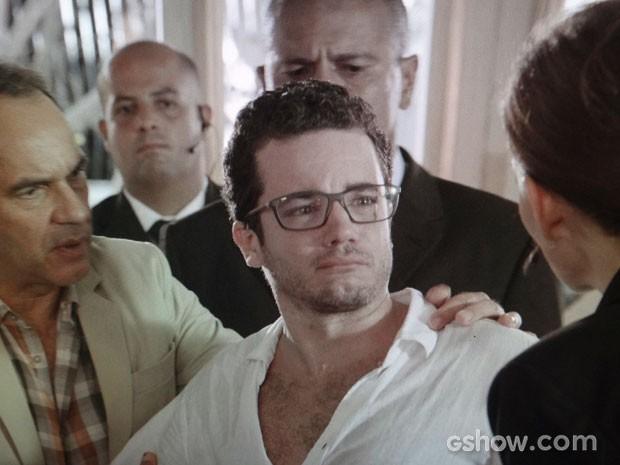 Felipe é retirado por seguranças no meio do leilão comandado por Helena (Foto: Em Família / TV Globo)