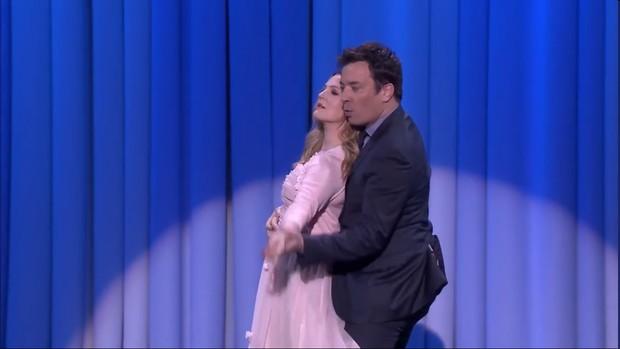 Drew Barrymore dançando com o Jimmy Fallon (Foto: Reprodução)