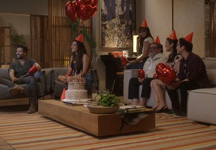 Mario pede descilpas para Alice na frente de toda a família dela (Foto: TV Globo)