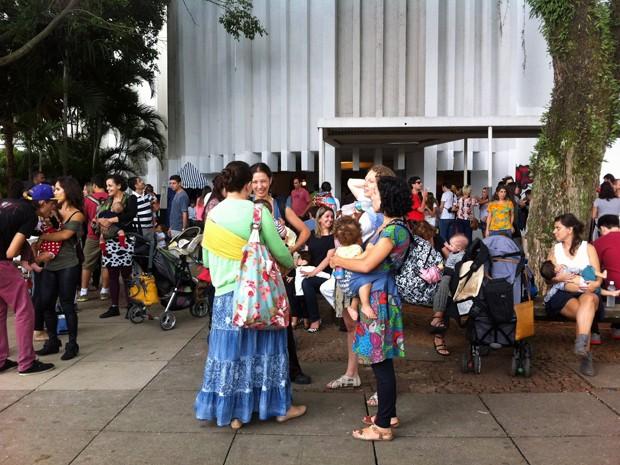 Mulheres realizam mamaço no Museu da Imagem e do Som, em SP, na tarde deste domingo (16) (Foto: G1)