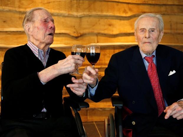 Paulus e Pieter Langerock tomam uma taça de vinho todos os dias (Foto: REUTERS/Francois Lenoir)