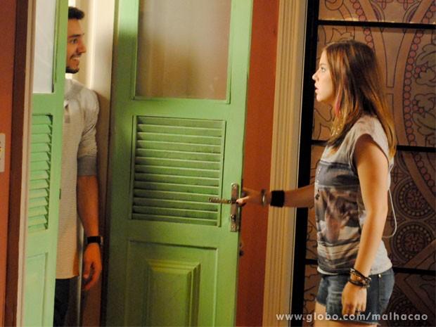 Surpresa desagradável! Sal surpreende Lia aparecendo no sobrado (Foto: Malhação/ TV Globo)