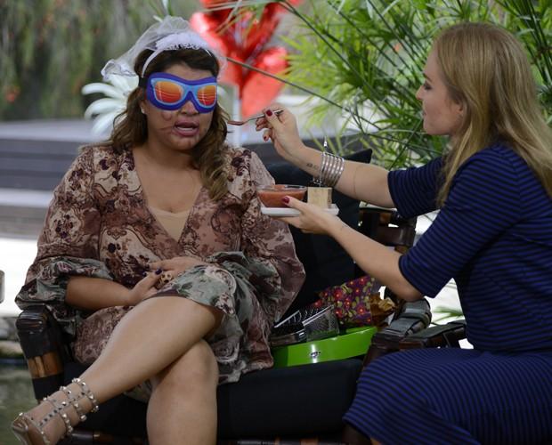Angélica dá 'comidinha' para a noiva experimentar (Foto: Ellen Soares/Gshow)