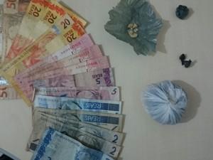 Foram apreendidos dinheiro e porções de drogas (Foto: Polícia Civil/ Divulgação)