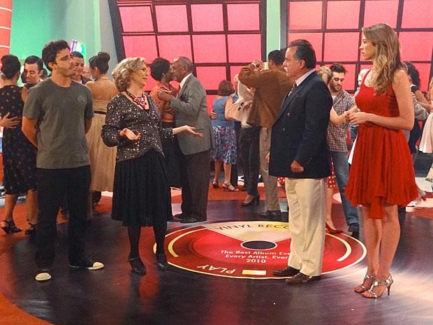 Zenon e Charlô encontram Otávio e Vãnia em um clube de dança pra lá de charmoso (Foto: Guerra dos Sexos / TV Globo)