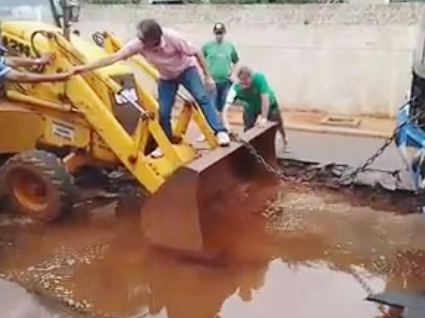 Retroescavadeira foi usada para retirar ônibus de cratera em Barretos (Foto: Reprodução/EPTV)