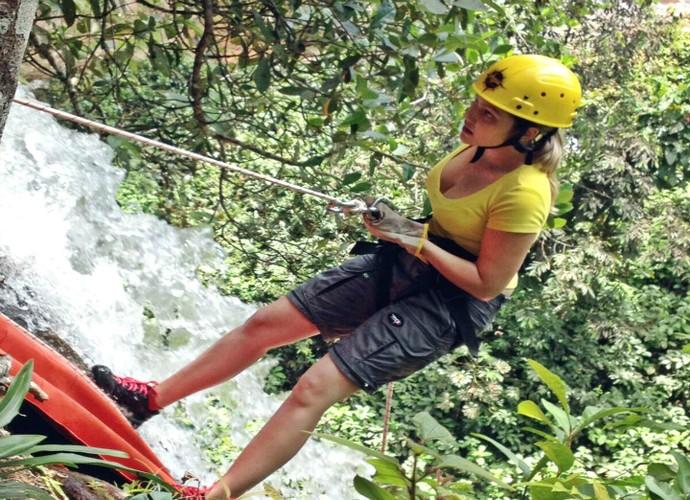 A repórter Fabíola Gomes percorreu lugares maravilhosos e cachoreiras espetaculares para fazer rafting, rapel e standap paddle (Foto: Jota Manoel)