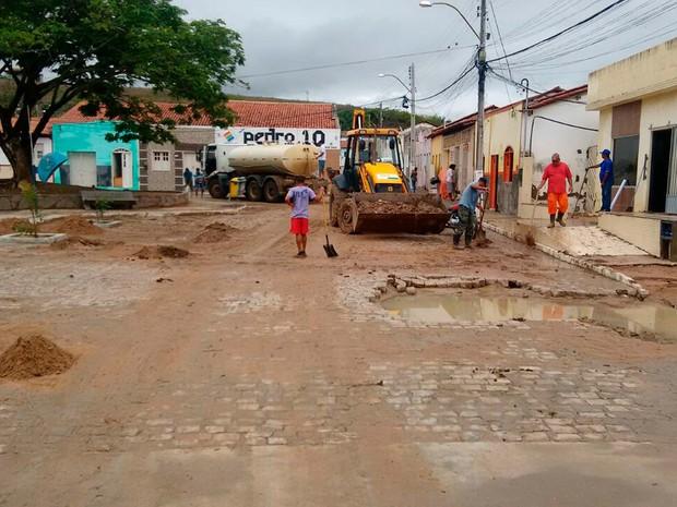 Limpeza em Lajedinho neste domingo (2) (Foto: Defesa Civil de Lajedinho/Divulgação)