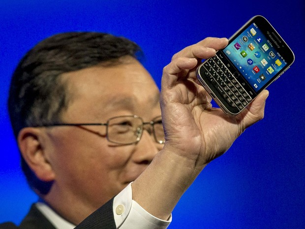 John Chen, presidente-executivo da BlackBerry, apresenta o novo telefone Classic (Foto: Brendan McDermid/Reuters)