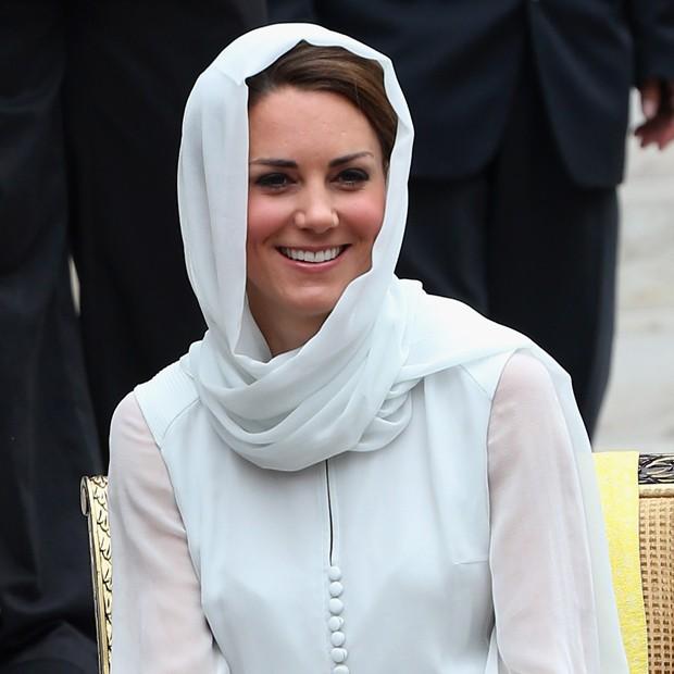 Enquanto isso... Kate visita uma mesquita na Malásia (Foto: Getty Images)