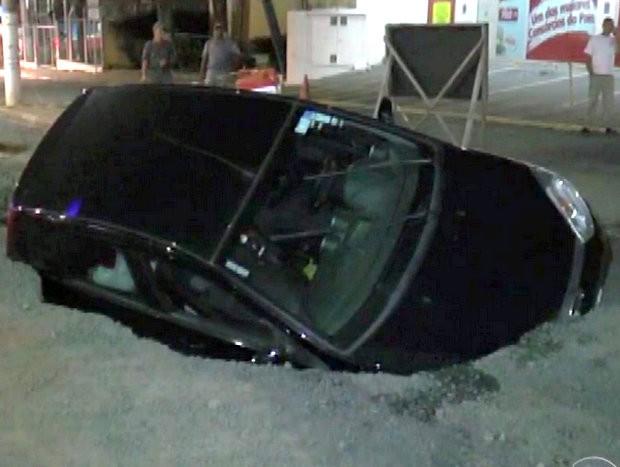 Carro cai em buraco da Avenida Piracicaba, em Limeira  (Foto: Reprodução/EPTV)