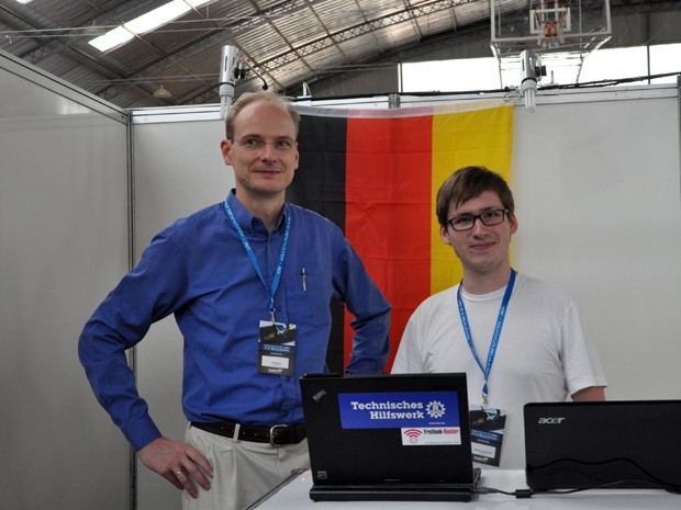 O alemão Frederik Sommerfeld com o professor Jens Werner: viagem da Alemanha apenas para expor no Sul de Minas (Foto: Divulgação/ Inatel)