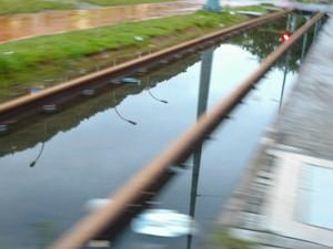 Morador reclama de 'Piscina' nos trilhos do VLT em São Vicente, SP (Foto: Márcio Viñolo/VC no G1)