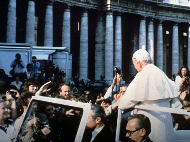 O Papa João Paulo II foi baleado quando passeava em carro aberto pela Praça de São Pedro, no Vaticano, no dia 13 de maio de 1981 (Foto: AP)