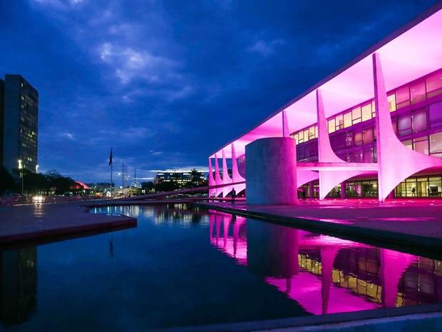 O Palácio do Planalto, em Brasília, é iluminado de rosa em ocasião do Outubro Rosa, campanha que promove a conscientização e a prevenção contra o câncer de mama (Foto: Valter Campanato/Agência Brasil)