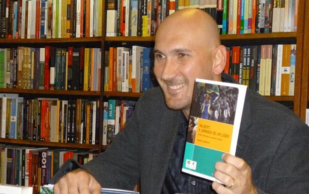 """Nalbert lança livro """"Nalbert, a jornada de um líder"""" (Foto: Alexandre Sattamini)"""