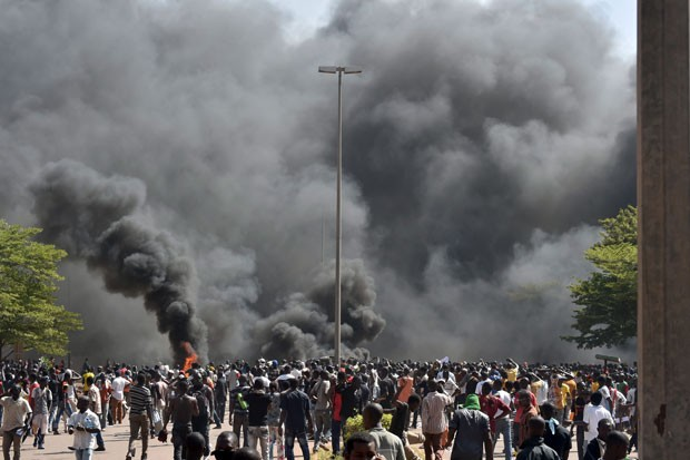 Manifestantes invadem e colocam fogo no Parlamento de Burkina Faso