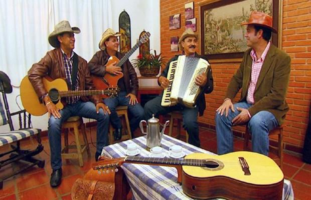 O violeiro Mazinho Quevedo recebe o Trio Parada Dura  (Foto: Reprodução EPTV)