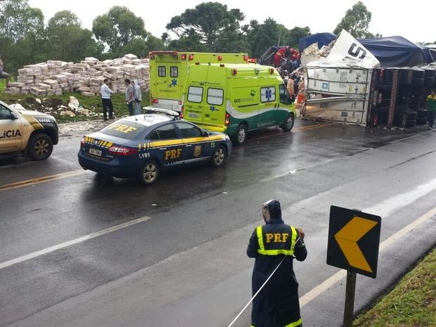 A pista no local do acidente precisou ser parcialmente interditada; caminhão tombou e espalhou parte da carga (Foto: PRF/ Divulgação)