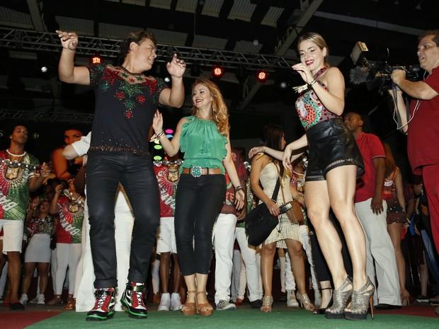 David Brazil, Simone Soares e Monique Alfradique na quadra da Grande Rio, em Duque de Caxias, na Baixada Fluminense, no Rio (Foto: Marcos Serra Lima/ EGO)