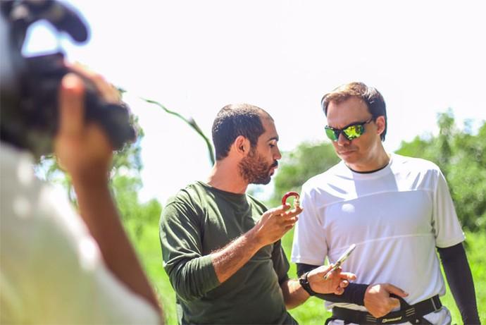 Instrutor Douglas Abrahão dá as dicas do rapel para Mário  (Foto: Divulgação Carona)