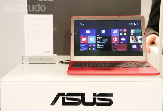 O Asus Eeebook pesa apenas 980g e vem com Windows 8.1 (Foto: Fabrício Vitorino/TechTudo)