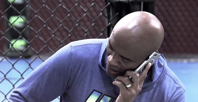 Anderson Silva TUF celular dopping (Foto: Reprodução)