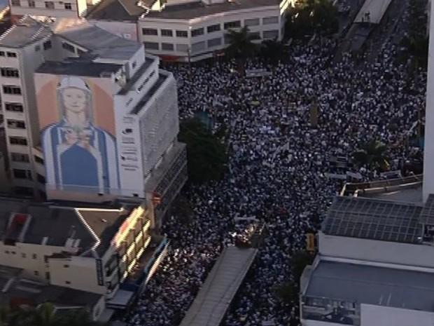 Veja imagens da vista aéreas da manifestação no Centro de Goiânia 1 (Foto: Reprodução / TV Anhanguera)