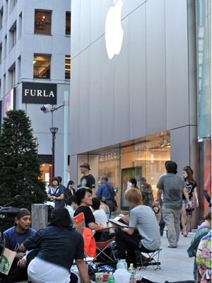 Fila de pessoas à espera da venda do novo iPhone em Tóquio (Foto: AFP)