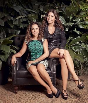 MULHER E MULHER Daniela, sentada,  e Malu, em foto  de casal. O livro tem um quê de comédia romântica (Foto: Julia Rodrigues/ÉPOCA)