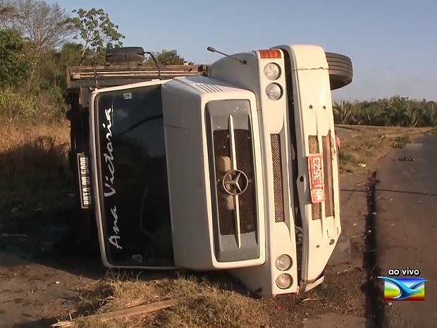 Caminhão tombou na madrugada desta sexta-feira (18), na BR-135 (Foto: Reprodução / TV Mirante)