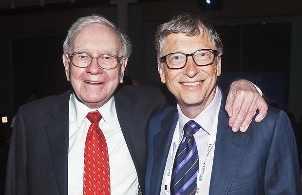 Os bilionários Warren Buffett e Bill Gates participam do jantar de premiação do prêmio de filantropia da Forbes em Nova York, nos Estados Unidos (Foto: Dimitrios Kambouris/Getty Images)