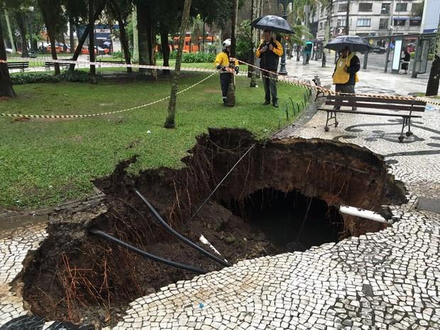 Prefeitura afirma que é necessário esperar a chuva parar para realizar o reparo (Foto: Rodrigo Zanlorenzi)